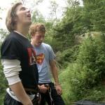 To fjellklatrere, den ene kikker opp og den andre ned