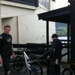Maris og Marcus vasker syklene